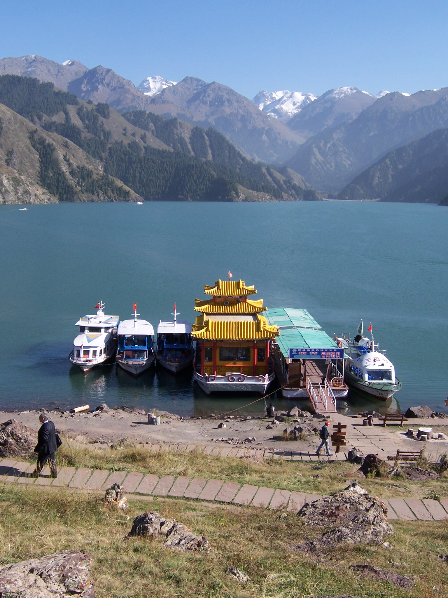 Scene of mountains, lake, and boats in China